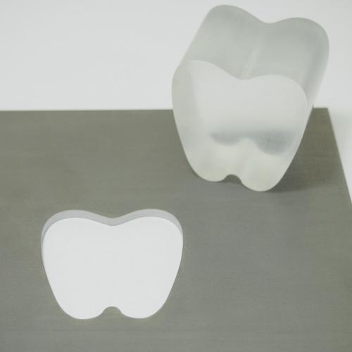 鉄製定規とアクリル製歯型装飾